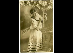 AK altes Foto Mädchen mit Rosenbaum und hübschen Kleid 1907 (3007